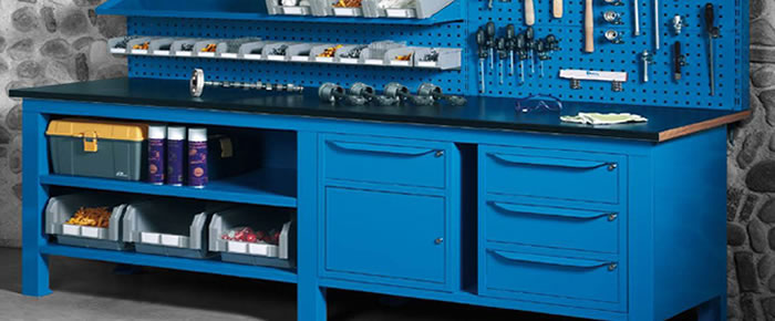 I banchi in lamiera di differenti dimensioni e con i cassetti sono perfetti per le officine.
