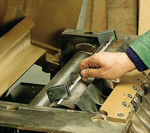 installazione coltelli pialla con allineatori magnetici Klein